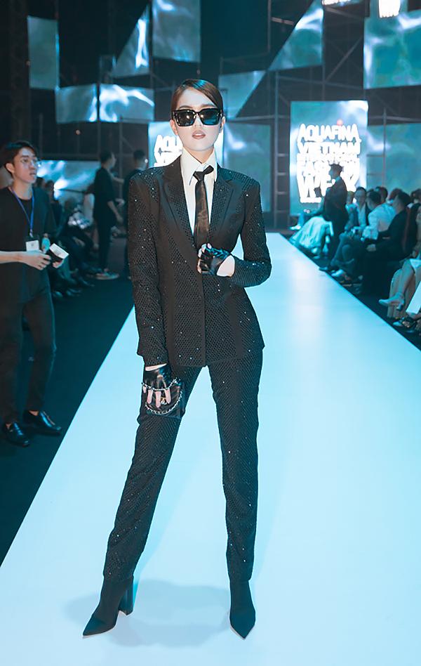 Trong khi đó, Ngọc Trinh làm mới bản thân bằng cách khắc hoạ hình ảnh menswear lấy cảm hứng từ huyền thoại làng mốt  Karl Lagerfeld.