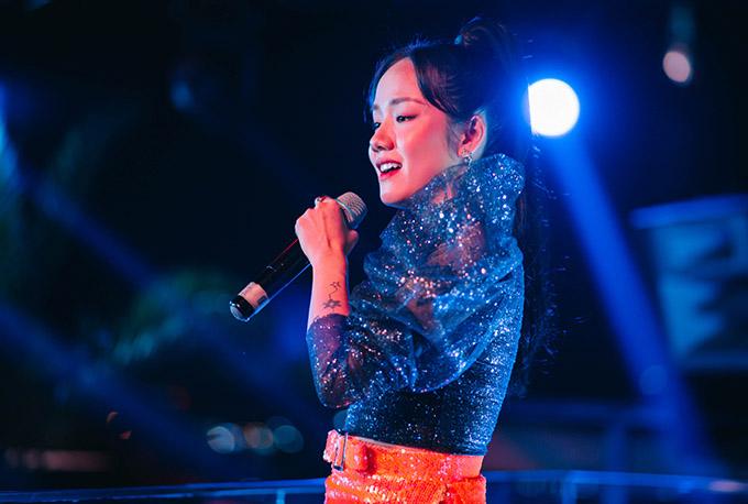 Cô rất vui vì được người hâm mộ hưởng ứng nhiệt tình, hát theo mình những đoạn điệp khúc.