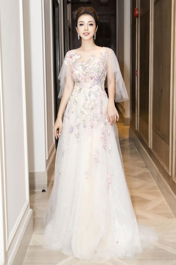 Bộ đầm bồng bềnh của Hoàng Hải đem tới cho Hoa hậu  Jennifer Phạm vẻ lãng mạn, yêu kiều.