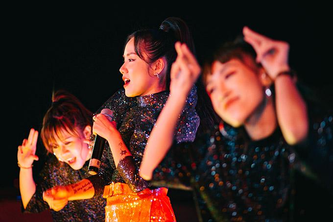 Phương Ly nhảy tưng bừng bên các vũ công minh họa cho tiết mục của cô.