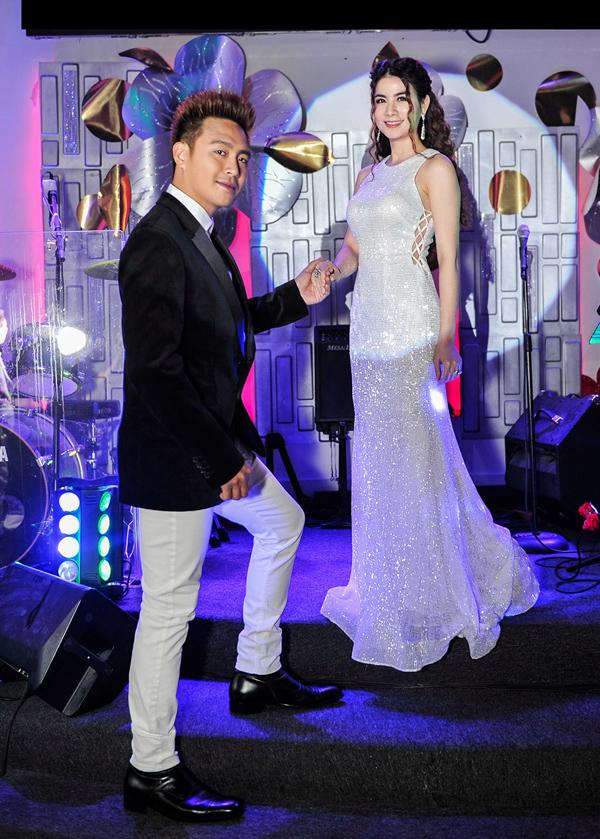 Diễn viên Kha Ly thêm duyên dáng, nổi bật nhờ mẫu váy xẻ sườn chất liệu lấp lánh.