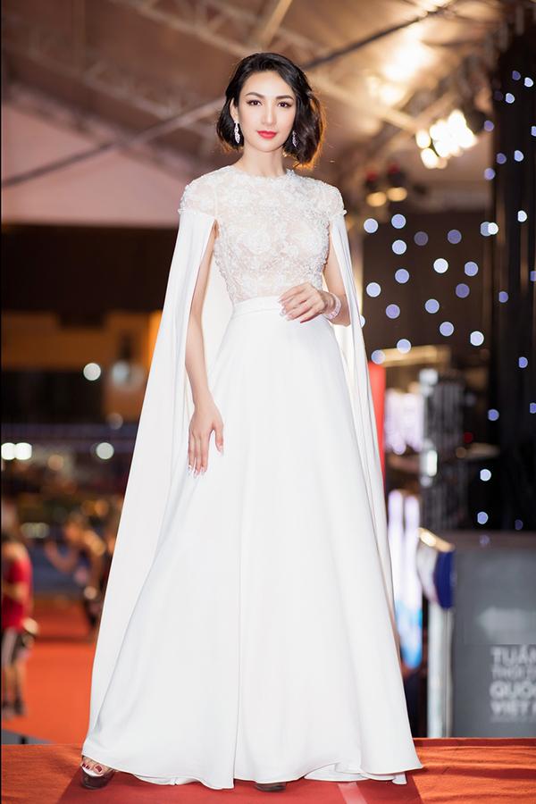 Hoa hậu Ngọc Diễm toát lên nét sang trọng trên thảm đỏ trong thiết kế dáng cape của Đức Vincie.