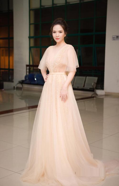 Chiếc váy đính 15.000 viên ph lê và đá màu, là dòng váy co cấp bậc nhất mà NTK Phương Linh thực hiện. Chất liệu nhập Pháp đem lại sự mềm mại và cảm giác thoải mái cho người mặc. Bởi vậy, dù cô dâu có phải di chuyển nhiều trong buổi tiệc vẫn thấy mát mẻ, dễ chịu.
