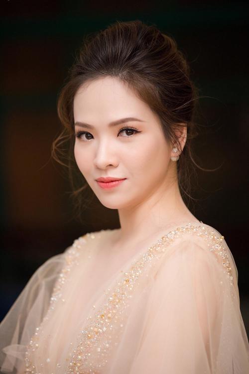 Cùng với đó, cô dâu cũng nên chọn một phong cách trng điểm kiểu Hàn Quốctone cm hoặc cm đỏ giống MC Đn Lê và mái tóc búi dịu dàng.