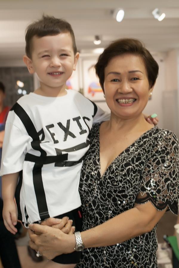 Alex quấn quýt bà ngoại để mẹ Thảo Trang tiếp khách trong ngày khai trương.