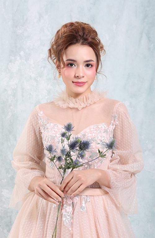 Bộ ảnh được thực hiện với sự hỗ trợ củ chuyên gi trng điểm: Hồ Khnh, người mẫu: N Tây, nhiếp ảnh: Trần Vũ Bằng, chỉnh sử hình ảnh: Phạm Đúng.