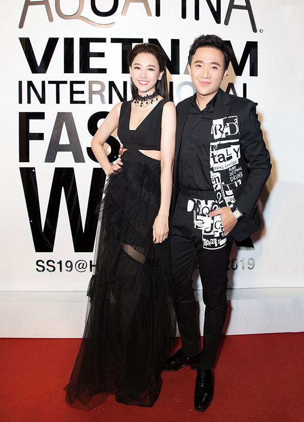 Cặp đôi đình đám của showbiz thay vì diện hàng hiệu từ các thương hiệu nổi tiếng như mọi khi, cả hai đã chọn cho mình trang phục đến từ các nhà thiết kế trong nước.