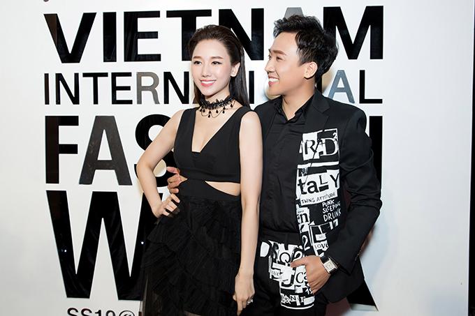 Trấn Thành - Hari Won diện đồ ton-sur-ton xuất hiện vào ngày cuối cùng của sự kiện tuần lễ thời trang Quốc tế Việt Nam 2019 tối 14/4 tại TP HCM.