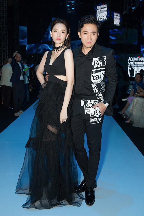 Bộ vest của Trấn Thành với giá khoảng 4000 USD và Hari Won với khoảng hơn 1000 USD. Cả hai cũng không quên kết hợp phụ kiện đồng hồ, vòng cổ đắt tiền để tạo thêm sự