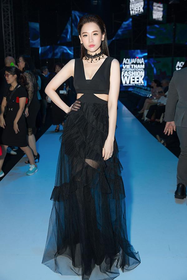Hari Won nữ tính, kiêu sa trong mẫu váy đen với những đường cắt xẻ khoe khéo thân hình gợi cảm.