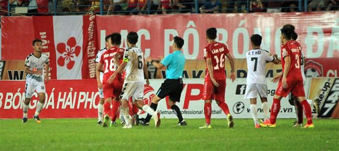 Trận đấu liên tục bị gián đoạn vì những pha phạm lỗi, xô xát giữa cầu thủ hai đội. Ảnh: VPF.