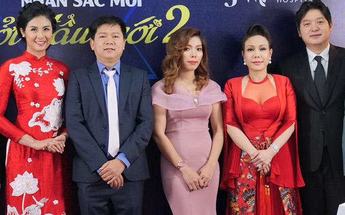 Việt Hương chụp ảnh kỷ niệm cùng các thành viên ban tổ chức cuộc thi phẫu thuật thẩm mỹ miễn phí cho người nghèo.