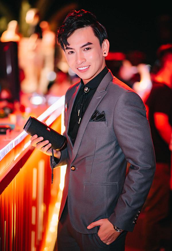 Diễn viên Huỳnh Quý mặc vest bảnh bao đi sự kiện.