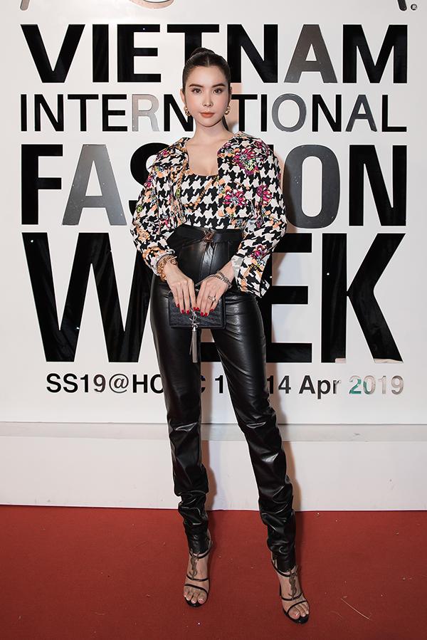 Huỳnh Vy chọn các mẫu phụ kiện đắt tiền để phối cùng áo hoạ tiết và quần da lưng cao, tôn chân dài gợi cảm.