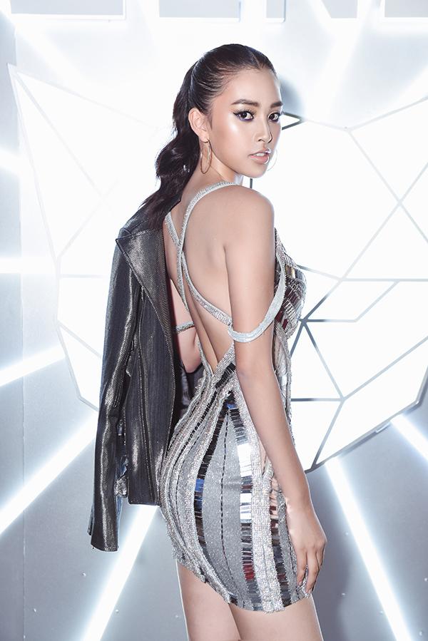 Hoa hậu Tiểu Vy gây ấn tượng ở   đêm khai mạc Tuần lễ thời trang Quốc tế Việt Nam khi diện thiết kế ánh bạc cắt xẻ sexy do  Chung Thanh Phong thực hiện.