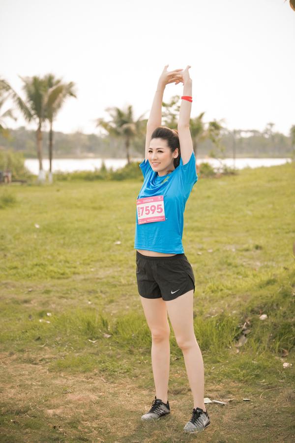 Sau hơn 4 tháng sinh con trai đầu lòng, Tú Anh bắt đầu trở lại hoạt động nghệ thuật. Cuối tuần qua Á hậu tham gia một giải chạy ở Hà Nội để rèn luyện sức khoẻ.