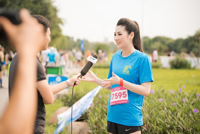 Chia sẻ với truyền thông tại sự kiện, Tú Anh nói thời kỳ bầu bí cô tăng hơn 10kg, vòng 2 khá gọn gàng. Sau khi sinh quý tử, cô giảm được 6kg và hiện tại chỉ nặng 57kg.