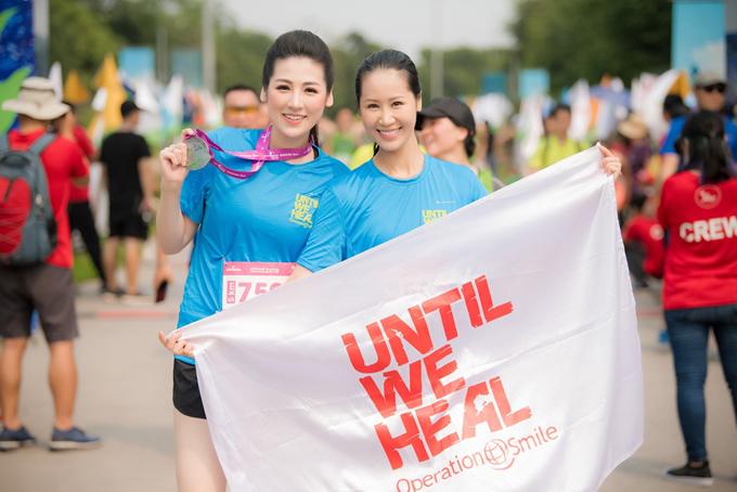 Hoa hậu Dương Thuỳ Linh (phải) cũng tham gia giải chạy và hội ngộ với Tú Anh.