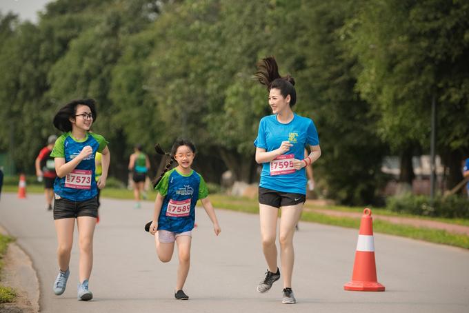 Gái một con còn rủ em họ và cháu gái đăng ký chạyquãng đường chạy 5km nước rút.