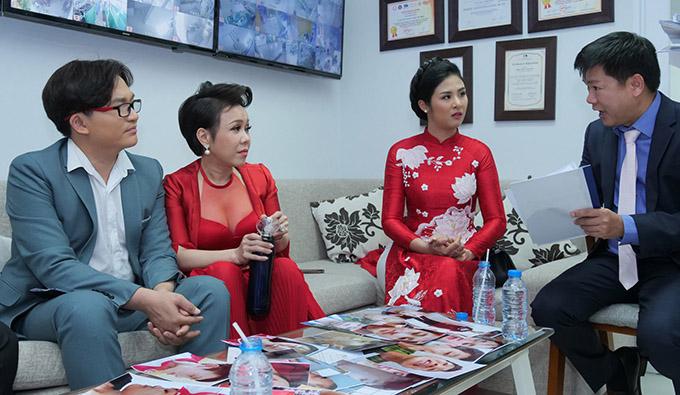Đại Nghĩa, Việt Hương và Ngọc Hân cùng bác sĩ thẩm mỹ Tú Dung (ngoài cùng bên phải) bàn bạc, tìm ra những gương mặt đủ điều kiện được phẫu thuật thẩm mỹ miễn phí.