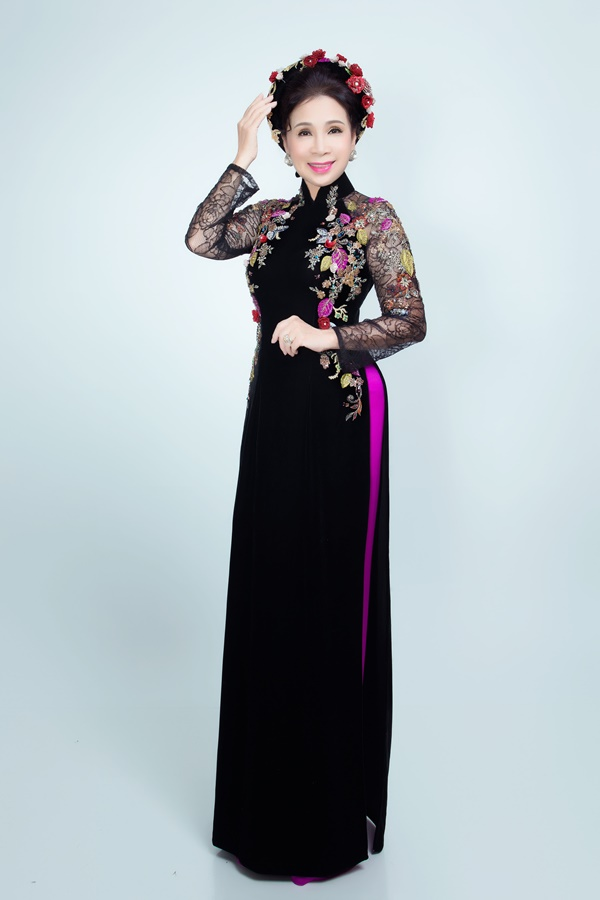NSƯT Kim Xuân mặc áo dài đa sắc của NTK Đan Thanh. Những bộ trang phục được lấy cảm hứng từ vẻ đẹp các loài hoa mùa xuân, mang đến sự tươi trẻ, thanh lịch cho người mặc.