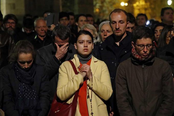 Hàng nghìn người dân Paris cầu nguyện khi hay tin nhà thờ Đức Bà bốc cháy.