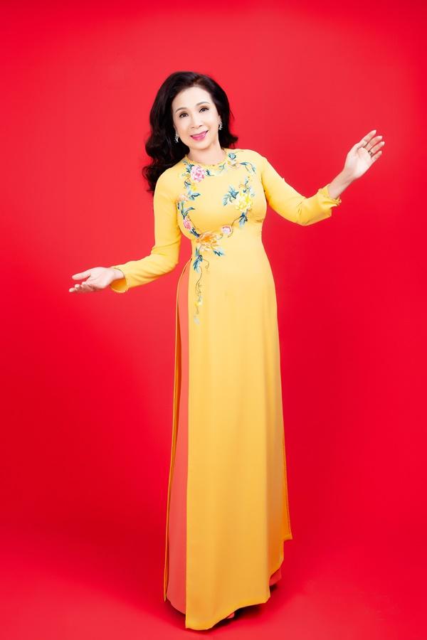 Thiết kế mang tông vàng tươi sáng, chất liệu chiffon 2 lớp giúp tôn lên vóc dáng của người phụ nữ độ tuổi trung niên.