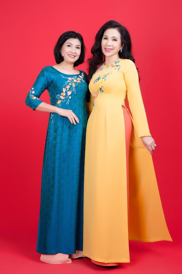 NTK Đan Hà (trái) song hành vẻ đẹp của người phụ nữ qua những thiết kế áo dài hợp thời trang.