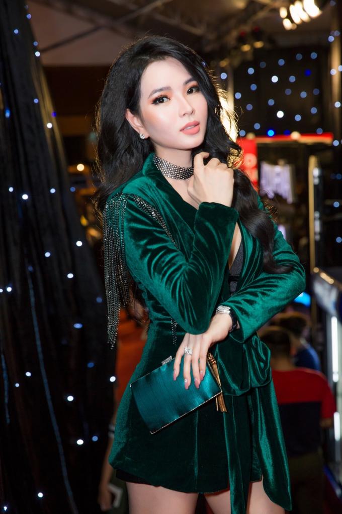 Thùy Dung tiết lộ với 16 năm kinh nghiệm trong lĩnh vực làm đẹp về da, Hoa hậu doanh nhân người Việt tại Mỹ 2018 từng trải qua các lớp học của những chuyên gia nước ngoài. Nhờ đó, cô luôn biết cách để chăm sóc làn da tốt nhất. Ngoài ra, người đẹp không ngừng cập nhật những xu hướng mới, tự thưởng cho bản thân các món đồ giá trị.