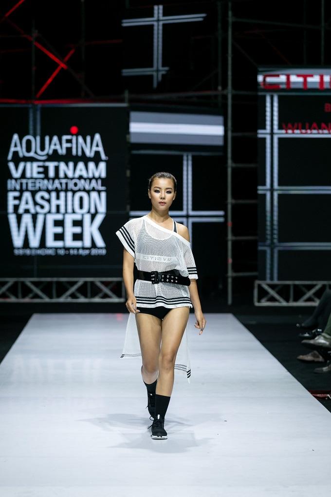 Với chất liệu thun co giãn 4 chiều, những mẫu crop top, short, áo khoác, áo thun, jogger dài,... tạo nên sự thoải mái, khỏe khoắn cho người mặc.