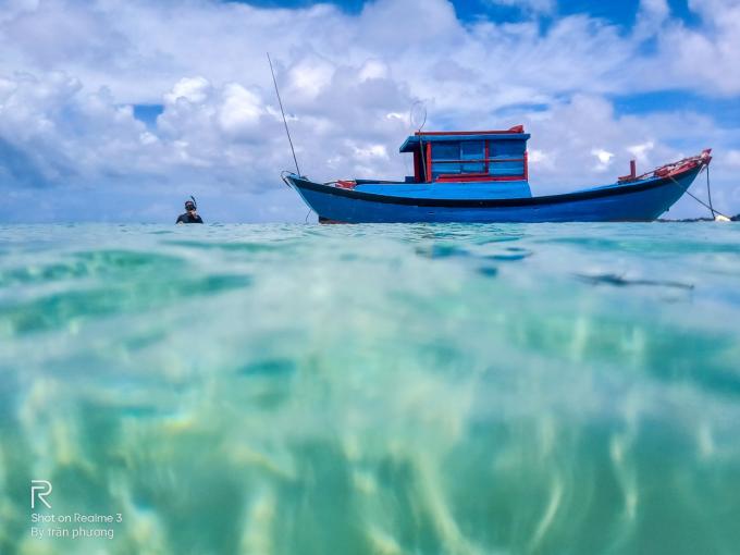 Anh Trần Phương đã cầm chiếc smartphone này đi rất nhiều nơi để chụp ảnh, từ trên trời xuống dưới biển. Màu nước biển, con tàu, mây và bầu trời đều tươi nhưng không có hiện tượng bệt.