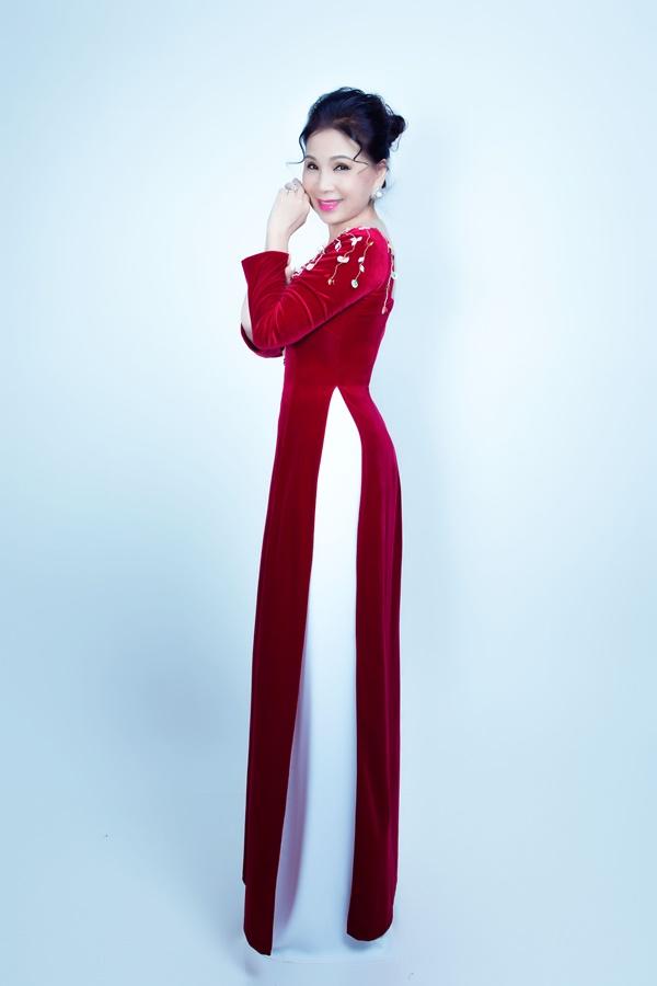 Thiết kế nhung đỏ được kết cườm và đính hoa 3D mang đến vẻ ngoài quý phái nhưng cũng không kém phần trẻ trung.