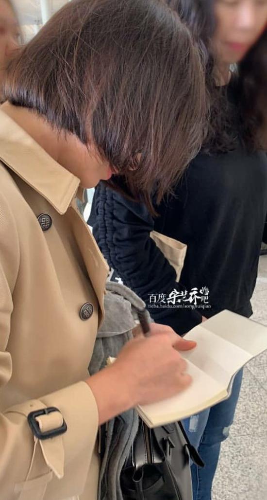 Ngôi sao Hàn ký tặng người hâm mộ trước khi rời đi.