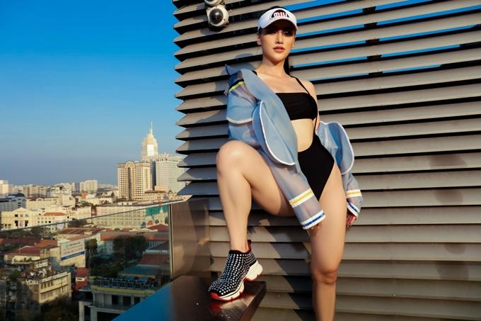 Phương Khánh chia sẻ sau Tết Nguyên đán, cô nỗ lực giảm được gần 10kg. Mỗi sáng, Phương Khánh dậy từ 6 giờ, dành 10 phút thiền định rồi sau đó tập thể hình hoặc đi bộ.