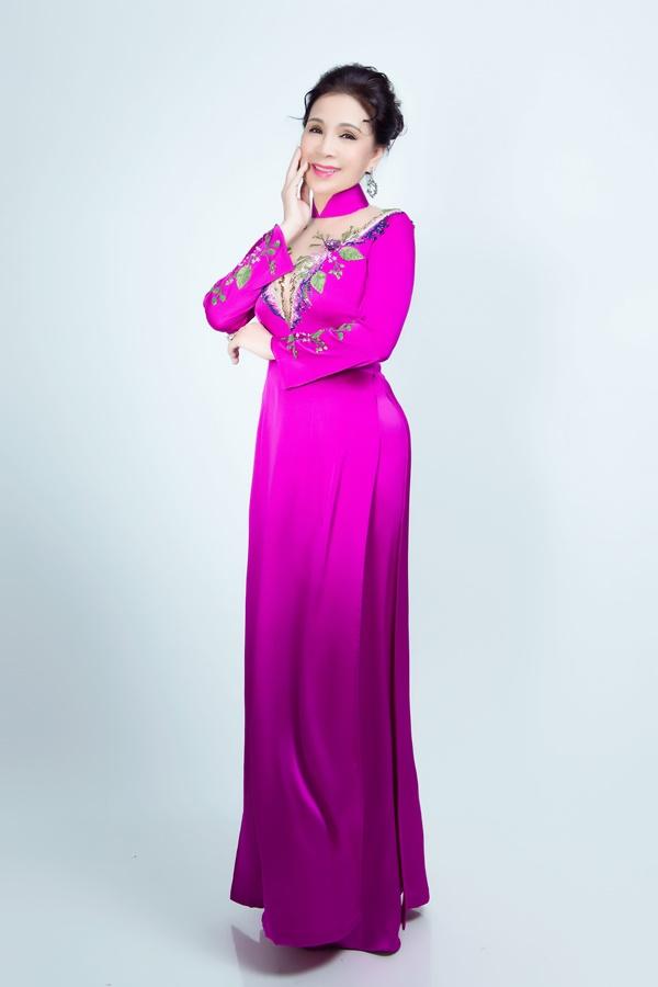 Áo dài màu hồng sen là sự kết hợp của lưới da hiện đại và vải áo dài truyền thống.