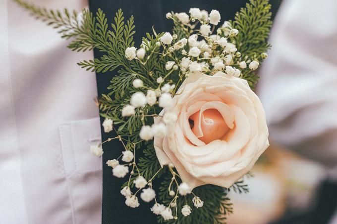 Mỹ Giang làm hoa cài áo cho chú rể từ hoa hồng, hoa bi và lá dương xỉ.
