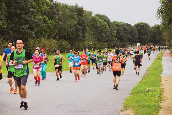 Ecopark Marathon mới tổ chức năm thứ hai, nhưng có bước tiến vượt bậc. Năm 2018, số vận động viên chỉ là 1.200 và cự ly dài nhất là 21 km. Năm nay, số người tham gia tăng gấp gần bốn lần và ban tổ chức đã mở thêm cự ly Full Marathon.