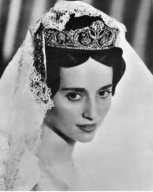 Công chú là con gái củ Hoàng tử Frncisco Jvier củ Bourbon-Prm và vợ là Mdeleine de Bourbon-Busset. Nhà Bourbon là hoàng tộc châu Âu, từng trị vì vương quốc Pháp trong thời gin dài. Vào thế kỷ XVIII, những thành viên Nhà Bourbon còn cầm quyền tại Tây Bn Nh, Npoli (Itly), Sicily và Prm (thành phố củ Itly). Nhà Bourbon-Prm được hiểu là thành viên nhà Bourbon sinh sống, trị vì ở Prm. Khi nước Itly thống nhất năm 1861, vương triều Bourbon ở Itly cũng chấm dứt.
