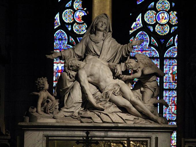 Ngoài ra là một loạtbứctượng thánh vànhân vậttôn giáo, nhưtượng Đức Mẹ đỡChúa Jesus haytác phẩm điêu khắc thánh Etienne. Ảnh: Flickr/Steven.