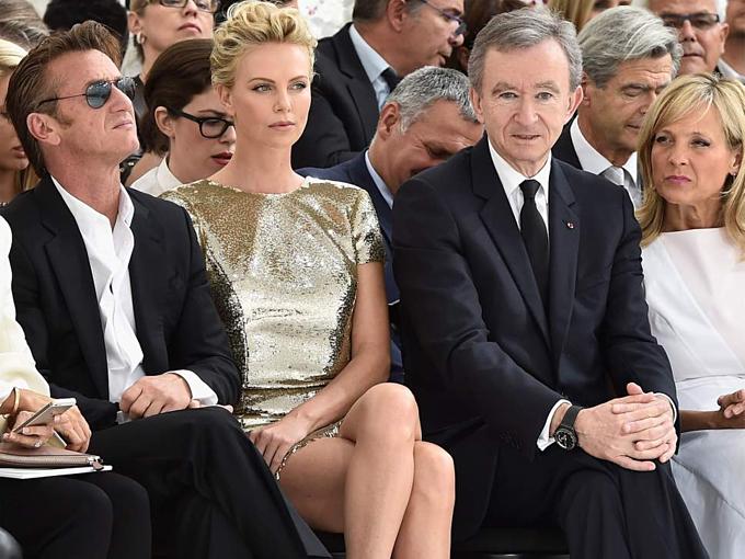 Từ trái qua: diễn viên Sean Penn, Charlize Theron, tỷ phú Bernard Arnault và vợ tại Tuần lễ Thời tran Paris 2014. Ảnh:Pascal Le Segretain.