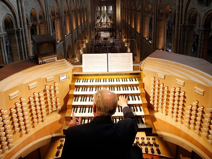 Nhà thờ Đức Bà chứa cây organ ống lớn nhấtPháp -Great Organ. Một phần đàn tồn tại từthời Trung Cổ, còn lại đã qua phục chế vàhoàn tất năm 1992. Đàn gồm 5 hàng phím và 8.000 ống ra âm thanh. Được ngồi vào vị trí chơi đàn này vinh dự với bất cứ một nhạc công nào trên thế giới. Ảnh:AP.