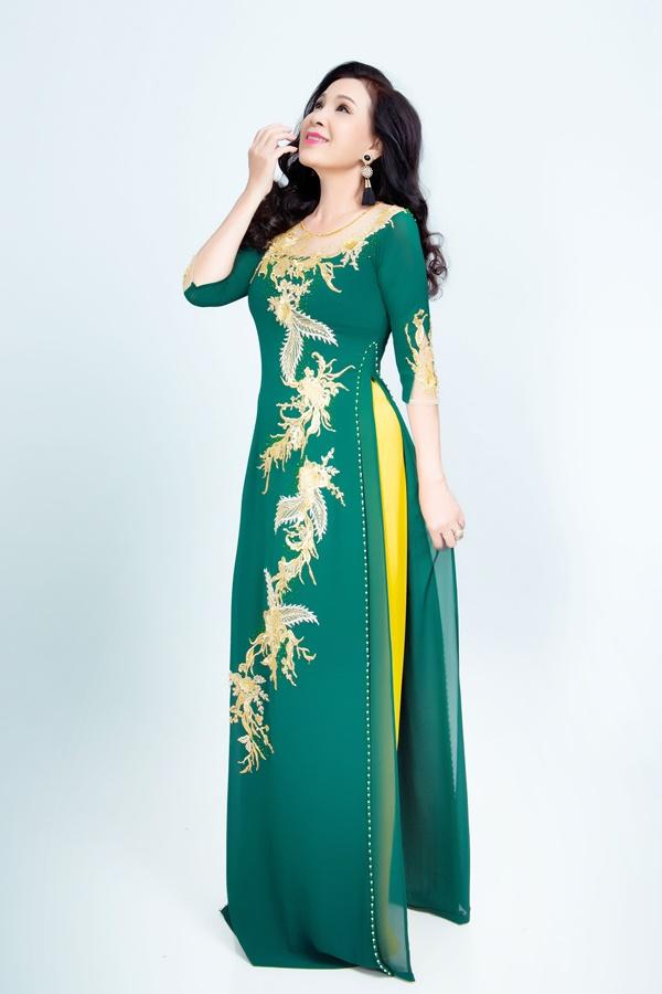 Sự kết hợp giữa sắc xanh trầm và vàng làm nổi bật vẻ sang trọng của người phụ nữ Á đông. Hạt cườm được đính kết khéo léo chạy dài theo tà áo góp phần che đi khuyết điểm ở vòng eo.