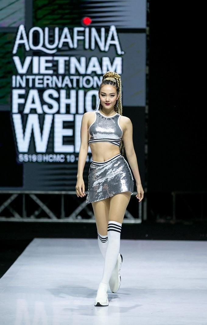 Bộ sưu tập của thương hiệu Citi Gym kết hợp cùng nhà thiết kế Wuan Phan vừa được giới thiệu đến công chúng cuốn hút khán giả bằng ngôn ngữ thời trang hiện đại, khỏe khoắn được thể hiện bởi dàn model nổi tiếng. Trong số người mẫu catwalkcósự xuất hiệncủa ca sĩ, diễn viên Minh Hằng trên sàn diễn.