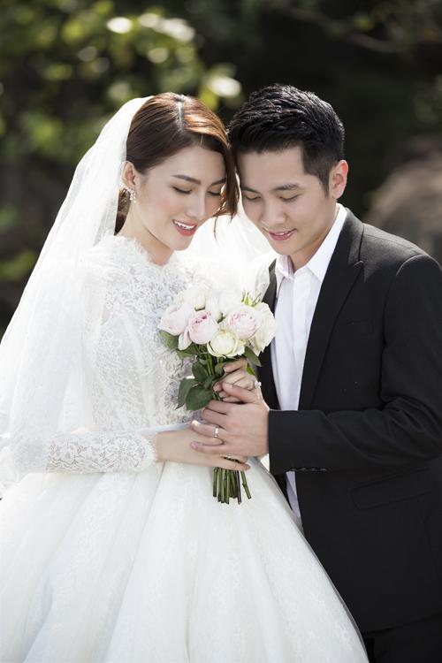 Bộ đầm được lấy ý tưởng từ váy cưới của công nương Monaco với lớp ren ở thân trên đem đến sự ngọt ngào, nữ tính.