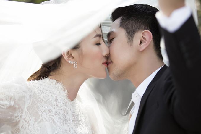 Cả hai không ngại trao nhau những nụ hôn ngọt ngào, cái nhìn tình tứ, thể hiện sự gắn kết và tình cảm dành cho đối phương.