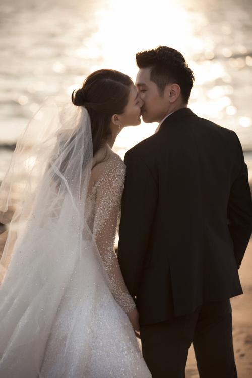 Theo chi sẻ củ Lê Hà, khi sinh bé, cả hi đều quyết định tiến tới hôn nhân nhưng gi đình có chuyện buồn nên phải dời kế hoạch cưới sng năm ny.