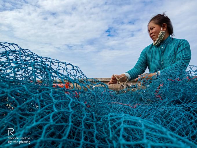 Người ngư dân đang gom lưới bên bờ được chụp với chế độ HDR – Chroma Boost.