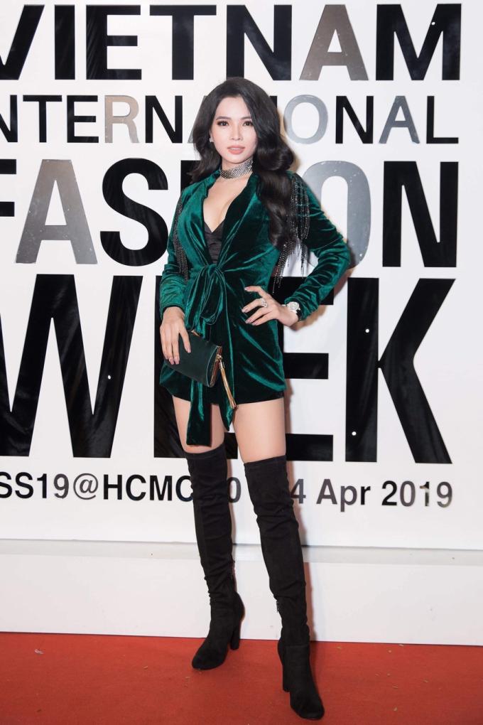 Cao ThịThùy Dung chia sẻ sau ngôi vị Hoa hậu Doanh nhân người Việt tại Mỹ 2018, công việc của cô càng phát triển và thăng hoa hơn trước. Hàng ngày, việc điều hành công ty và hàng nghìn đại lý riêng chiếm trọn khoảng thời gian của mình, bà chủ Top White nói.