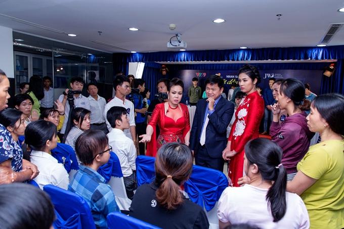 Việt Hương cùng các bác sĩ, Hoa hậu Ngọc Hân đi hỏi thăm các thí sinh.
