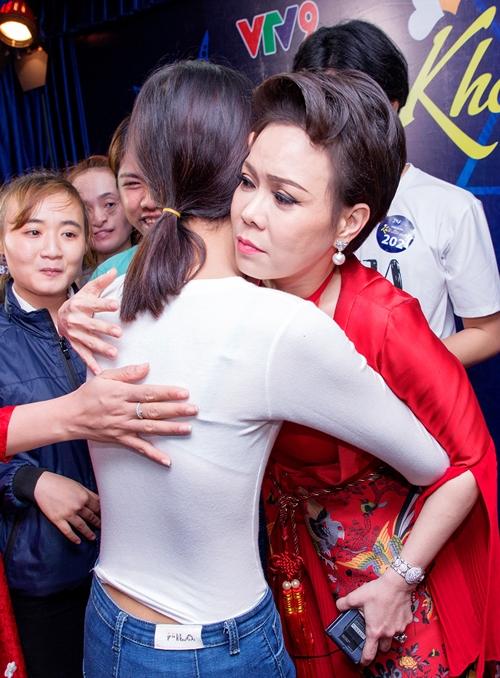 Việt Hương ôm động viên những thí sinh khiếm khuyết ngoại hình.